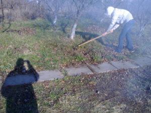 Весной на садовом участке прибраться